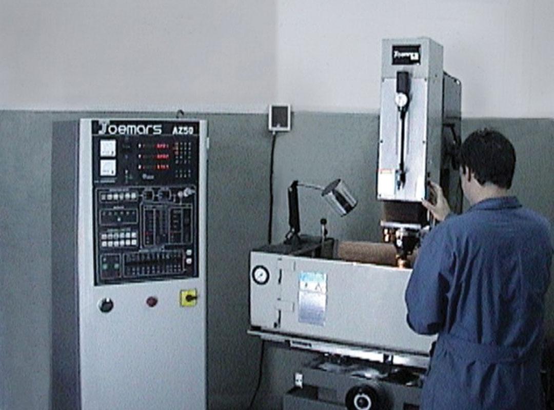 Máquina de electroerosión digital programable